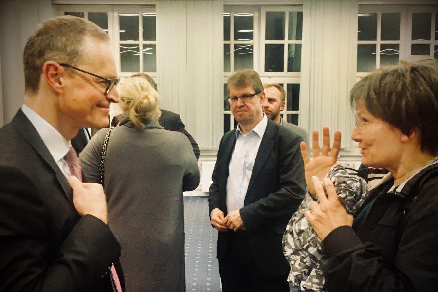 Michael Müller diskutiert mit Corinna Beeker